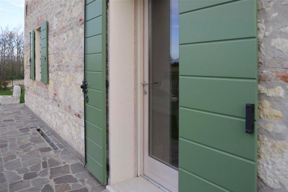 Scuri in legno falegnamerie moderne - Finestre monoblocco in legno ...